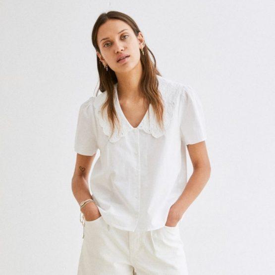 Blusa blanca de manga corta con cuello maxi bordado