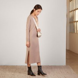 Vestido de punto largo con escote de pico en marrón