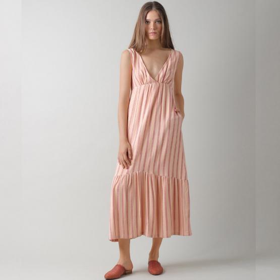 Vestido rosa con rayas verticales y escote de pico cruzado, volante en el bajo.