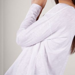 Camiseta básica de cuello redondo y manga larga.