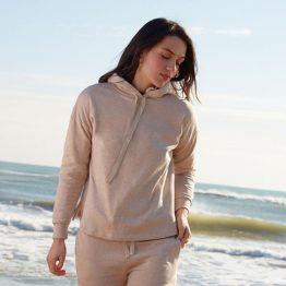 Sudadera beige con capucha de corte relajado y pantalón a juego.