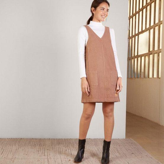 Vestido tipo pichi de pana con bolsillos de plastón