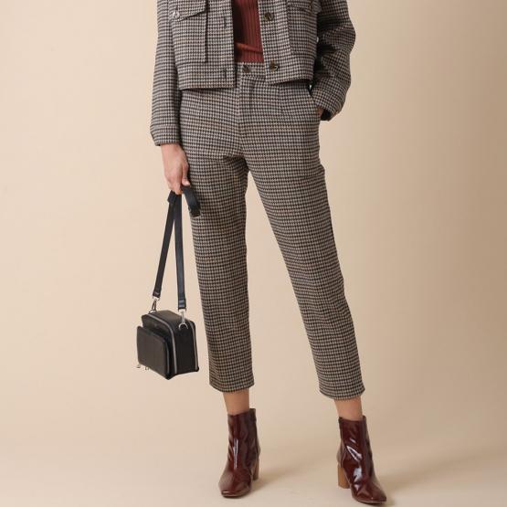 Pantalón recto con pinzas y bolsillos laterales, bajo crop y corte masculino.
