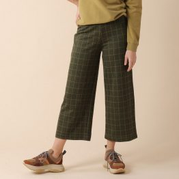 Pantalón culotte con goma en la cintura y estampado de cuadros, el bajo es ligeramente acampanado.
