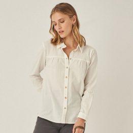Blusa blanca con tejido en relieve y botones en la parte fronta