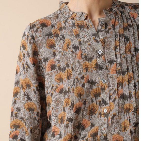 Blusa de manga larga y cuello a la caja con estampado de diente de león.