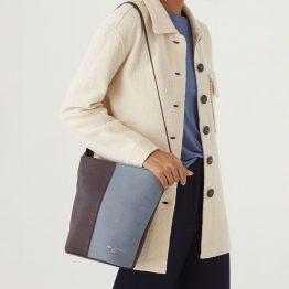 bolso bicolor en forma de cubo con asa larga