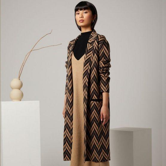 Chaqueta larga con solapas y estampado zigzag marrón y negro
