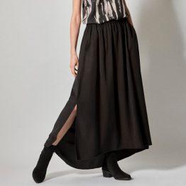 Falda larga negra de goma y con aberturas laterales