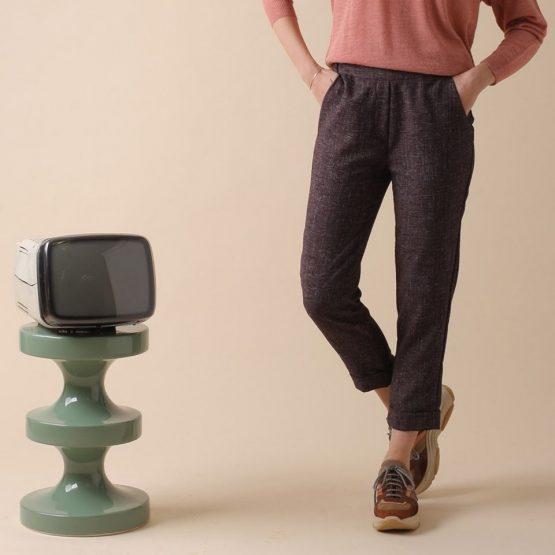 Pantalón con bolsillos laterales y goma en la cintura de color berenjena.