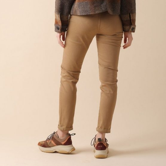 Pantalón chino con cremallera y botón y tejido elástico en color camel.