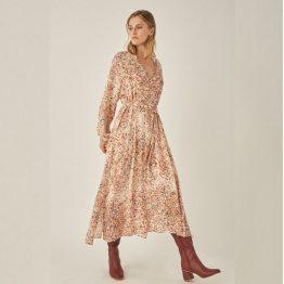 Vestido midi con estampado inspirado en lalluvia, con cinturón al tono y manga larga.
