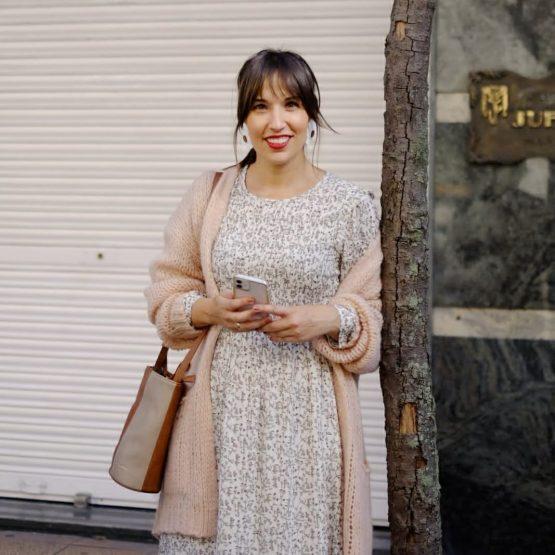 Vestido midi con estampado floral blanco y manga francesa con volante en la sisa