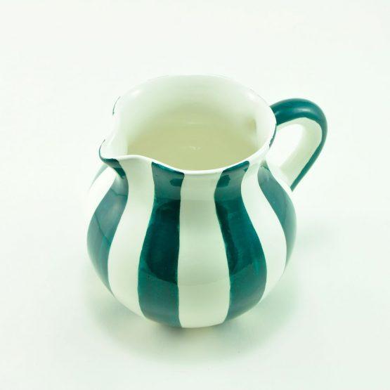 Jarra de rayas de cerámica y fabricada a mano